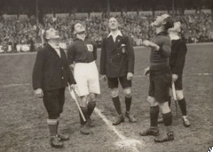 De toss voorafgaand aan de uiteindelijk in maart 1929 gespeelde interland België-Nederland. Foto: Nationaal Archief